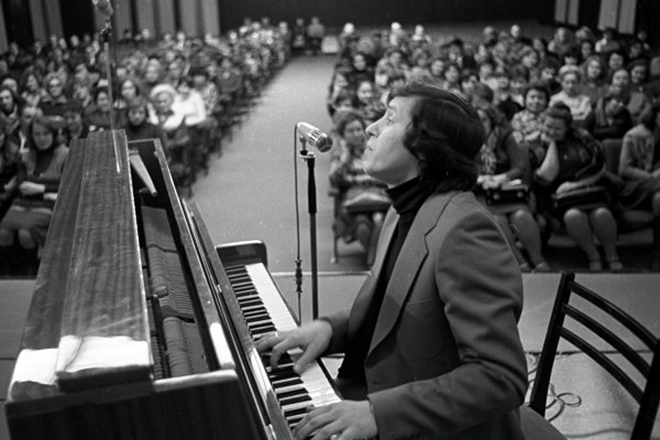 Молодой Александр Морозов за пианино