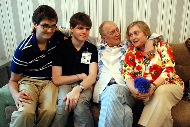 Евгений Евтушенко с семьей