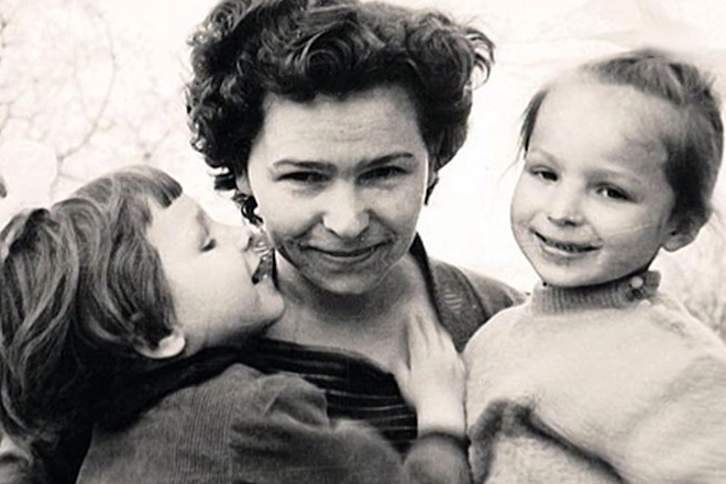 Наина Ельцина с детьми