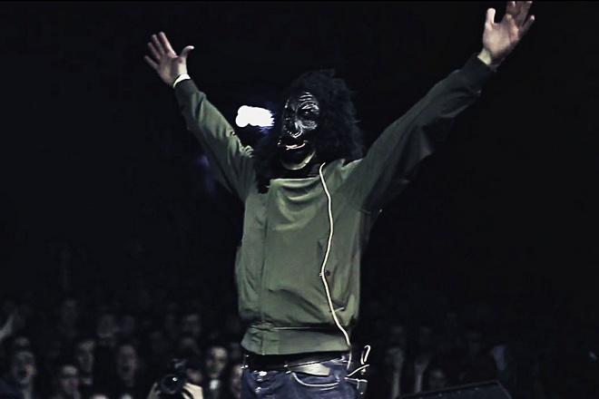 Паша Техник в маске обезьяны