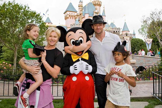 Деборра-Ли Фернесс с детьми и мужем
