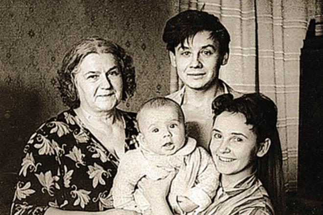 Людмила Крылова с семьей