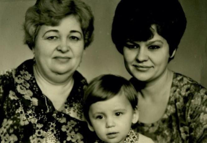 Александр Олешко c мамой и бабушкой