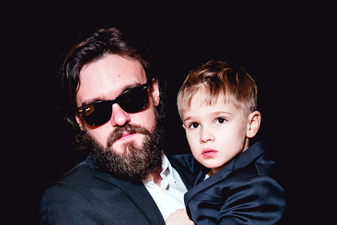 Артем Аксененко с ребенком на руках