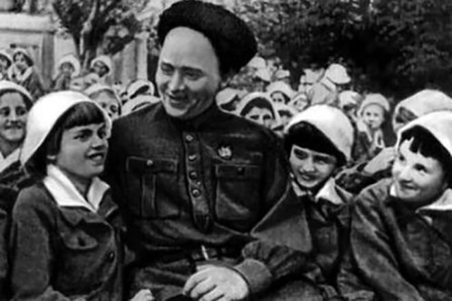 Аркадий Гайдар с детьми