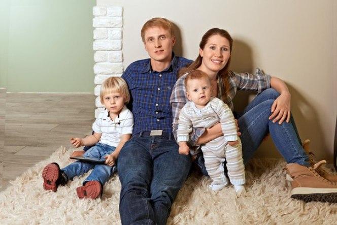 Иван Скобрев с женой и детьми
