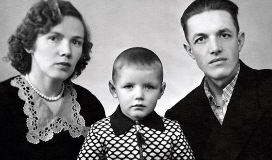 Александр Галибин в детстве с родителями
