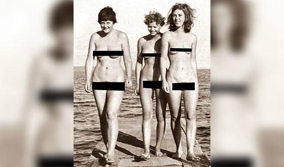 Ангела Меркель (слева) в молодости с подругами на нудистском пляже