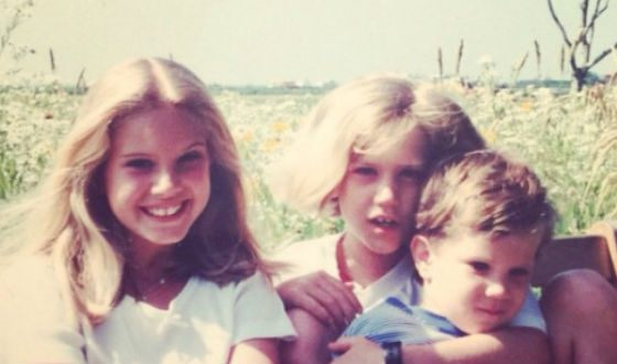Лана Дель Рэй в детстве (на фото: слева, с братом и сестрой)