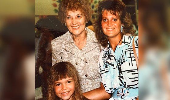 Мэнди Мур в детстве с мамой и бабушкой