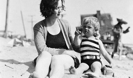 Норма Джин в детстве с мамой Глэдис