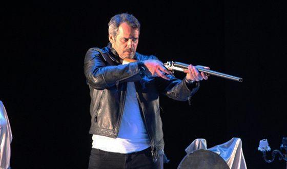 Павел Делонг на сцене театра