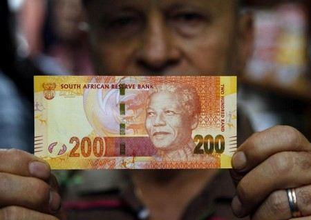 Портрет Манделы печатают на деньгах