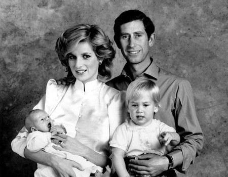 Принц Гарри в детстве: на руках у матери леди Дианы