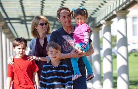 Марк Дакаскос с женой и детьми