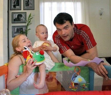Актер Евгений Дятлов с женой и дочкой