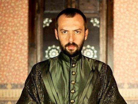 Турецкий актер Окан Ялабык сейчас особенно популярен