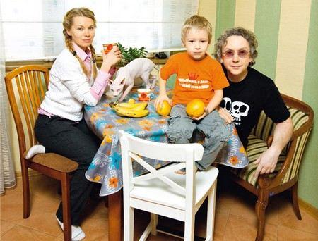 Актер Вадим Демчог с женой Вероникой и с сыном Вильямом