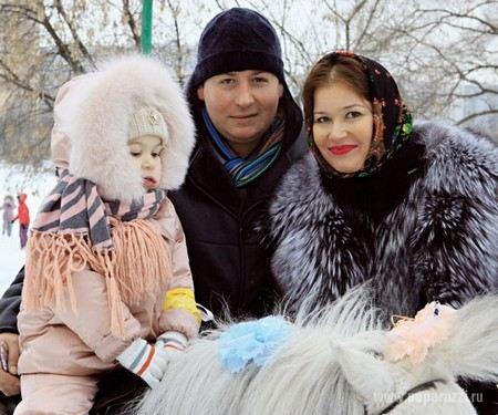 Актер Станислав Дужников с женой и дочкой