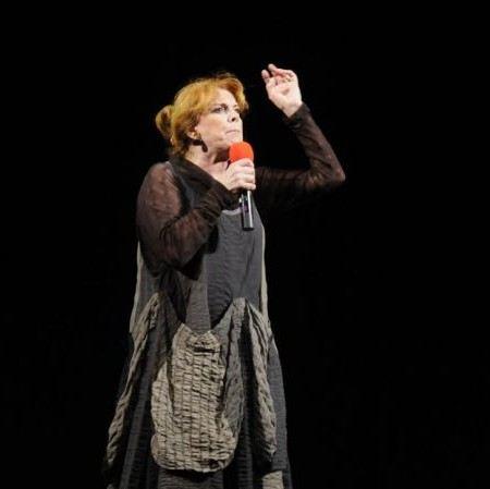 Клара Новикова сегодня больше не юморит, а работает в театре