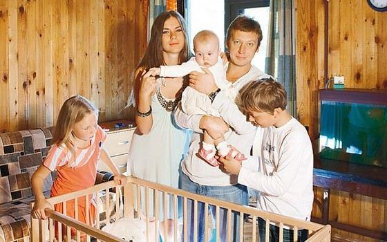 Михаил Трухин со второй женой Анной Нестерцовой и детьми