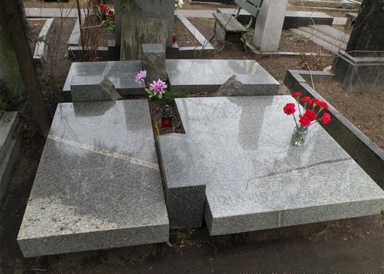 Могила актера Петра Алейникова