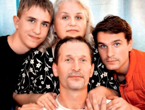 Актер Иван Добронравов с семьей: братом, мамой и отцом