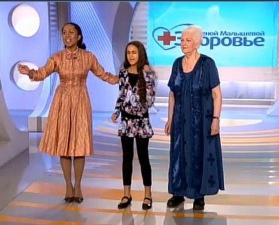 Телеведущая Елена Ханга с дочкой и ее бабушкой
