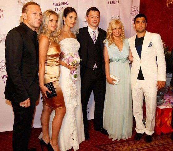 Футболист Александр Самедов с супругой (справа)