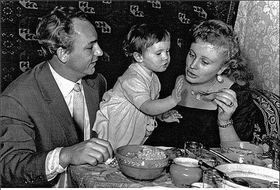Николай Рыбников с супругой Аллой Ларионовой и дочкой