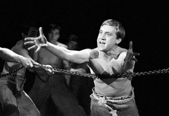 Владимир Высоцкий на сцене Театра на Таганке