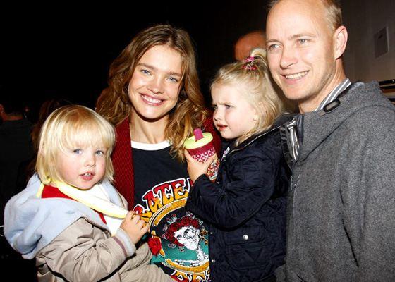 Наталья Водянова и ее муж Джастин Портман с детьми