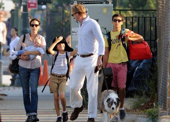 Дженнифер Коннелли с детьми и мужем на прогулке
