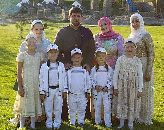 Рамзан Кадыров с женой и детьми