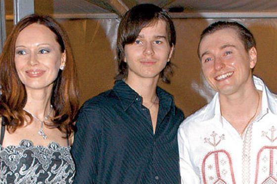 В центре – сын Ирины Безруковой Андрей Ливанов