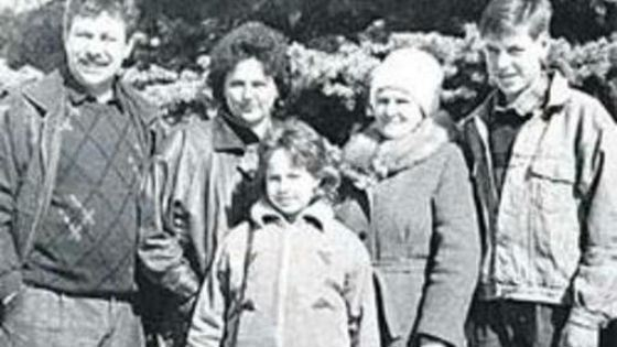 В центре – младшая сестра Дюжева Настя