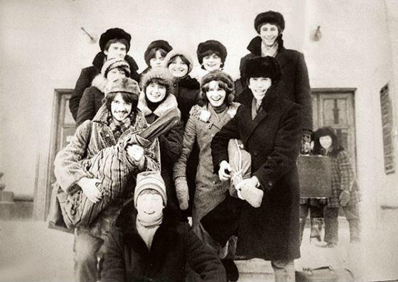 В училище Машков (слева, с гитарой в руках) быстро стал душой компании