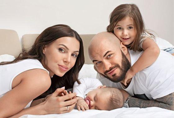 Оксана Самойлова с мужем и детьми