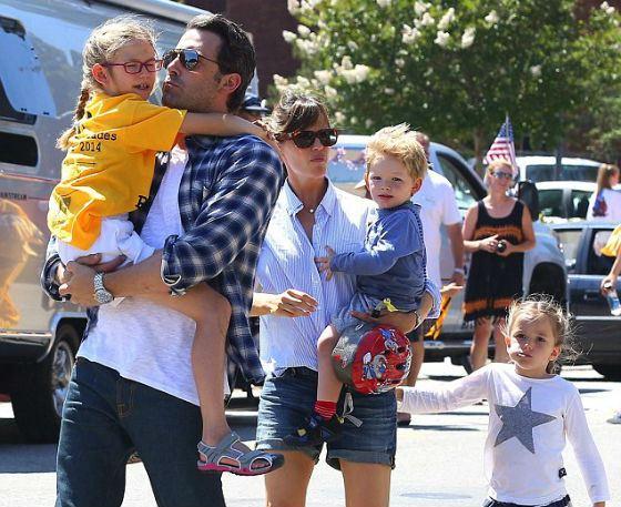 Бен Аффлек с женой и детьми