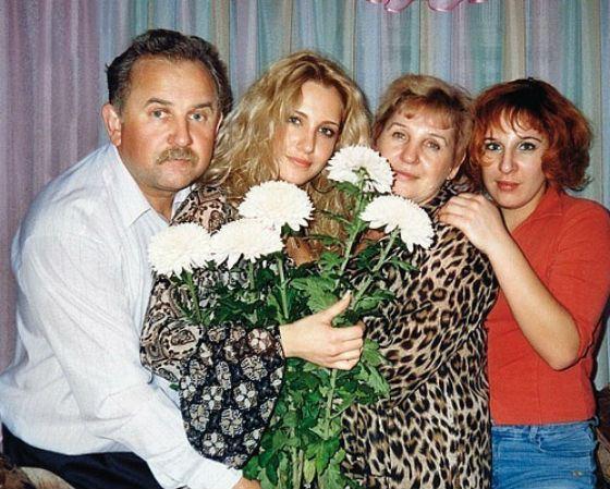 Юлия Ковальчук с семьей. Справа ее старшая сестра Жанна