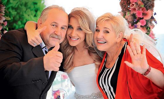Счастливая невеста с родителями