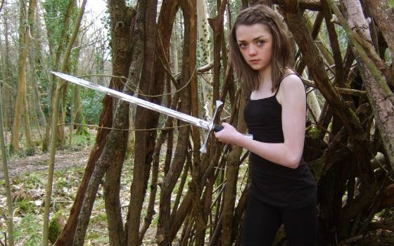 Как и Арья Старк, Мэйси Уильямс умеет обращаться с оружием