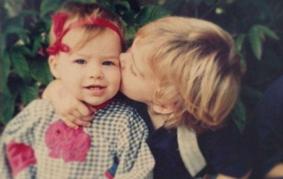 Детское фото Марго Робби: будущую актрису целует старший брат