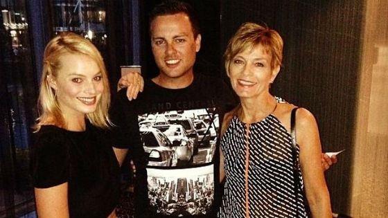 Марго Робби с мамой и братом Лахланом