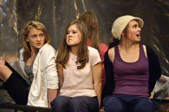 Софи Тернер (слева) в постановке Playbox «Scary Play», 2009 год