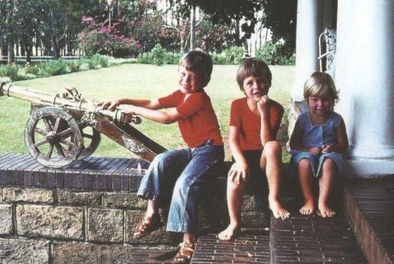 Илон Маск в детстве с братом и сестрой