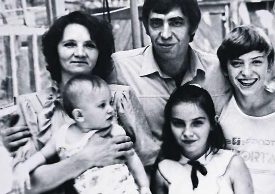 Маленький Павел Прилучный с родителями, братом и сестрой