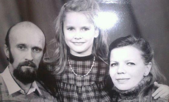 Маленькая Елена Летучая с родителями