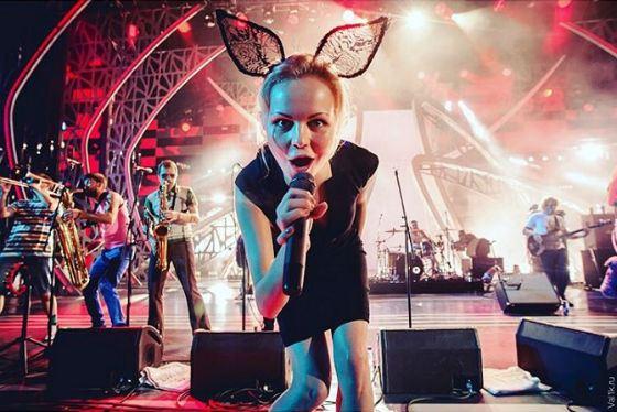 Фото с концерта «Ленинграда»: поет Алиса Вокс