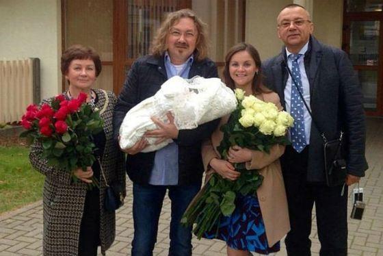 Юлия Проскурякова с родителями, мужем и новорожденной дочкой